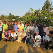 Tanzanian hosts and the german guests in the school yard.
