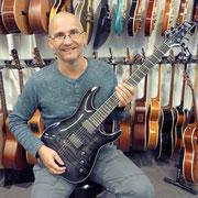 Der Jungo Michu hat Freude an der neuen Schecter Hellraiser Gitarre. Besten Dank und viel Freude!