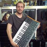 ja endlich ist der Moog Sub 37 eingetroffen und Simon freut sich auf interessante düftel Stunden.