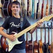 Niwes Michelotti spielt ab sofort mit einer super FENDER American DeLuxe Strat. Besten Dank und viele schöne Gitarrenstunden.