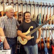 Wo hat man das? Phil Bach, der Bassbauer persönlich überbringt dem Andy diesen wunderbaren 5-Saiter Bass. Merci Phil, merci Andy