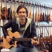 Manu mit seiner zweiten MARTIN Gitarre. Er spielt sie ab sofort bei Florian Ast und George. Besten Dank für alles lieber Manu!