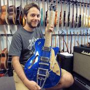 Wow, da hat einer Geschmack! Silvan Raemy hat Freude an seiner neuen Düsenberg Starplayer Gitarre.
