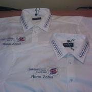 zwei Hemden; Vorderseite; mit Firmenbestickung