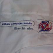 Großaufnahme von gesticktem ZCOM-Logo