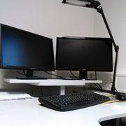 Computerarbeitsplatz mit 2 Bildschirmen