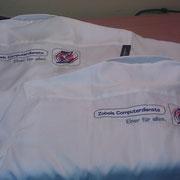 zwei Hemden; Rückseite; mit Firmenbestickung