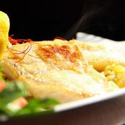 Zanderfilet an lauwarmen Kartoffelsalat mit Gurkensalat