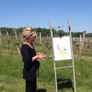 Valérie explique la carte des vins de Bordeaux aux hôtes de La Parenthèse