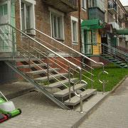 Зовнішні сходи з нержавіючими перилами