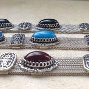 Reihe von Silberarmbändern mit floralen Agraffen und natürlichen Cabochon Steinen wie Türkis, Achat und Onyx, 925 Sterlingsilber, geschwärzt und poliert, um 169,-€, i-must-have.it