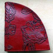 Geldbörse 'Segment' von déqua, Prägeleder rote Rose, robustes Rindsleder, zweifarbig. 3 Fächer, Reißverschluss. Spitzenproduktion aus Deutschland.