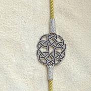 Reihe von exklusiven Freundschaftsbändern mit Silber Endlosknoten an bunten Seidenkordeln. Unterschiedliche Knoten, auch Infinity, viele Farben, Verschluss-Varianten. 1000 Reinsilber