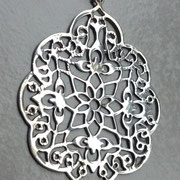 Motivanhänger Arabesker Blütenhauch. Silberschmuck an Fischgrätkette, Sterlingsilber, Anhänger 6,5 cm lang. I-must-have.it, 48,99€. ©i-must-have.it