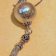 Die Kugel als Symbol für Ganzheit schenkt zeitlose Ewigkeit und Toleranz.  Silberkette mit Kugelanhänger mit leicht erhobenen floralen Ranken, 925 Sterlingsilber, 69,99€, i-must-have.it