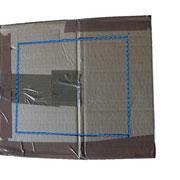 2. An drei Seiten des Kartons rechteckige Markierungen für die Ausschnitte aufzeichnen