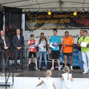 Alex bei der Siegerehrung mit dem Bürgermeister Klaus Sidortschuk und dem Abteilungsleiter im Leichtathletik Bernd Lillie