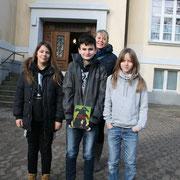 Schulsieger Fynn Ole (Mitte) und seine Begleitpersonen (Antonia Roll, Frau Hohberger, Jona Kietzmann v.l.n.r) vor der Realschule Burgdorf