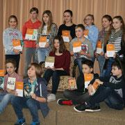 Alle Schulsieger mit ihren Buchgeschenken und Urkunden nach dem Wettbewerb