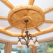 Der Erker ist aus echtem Altholz gefertigt, das Wohnzimmer in Eiche. Der Boden besteht aus geräucherter Eiche.