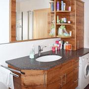 Diese Badezimmermöbel wurden aus besonders schön gezeichnetem altem Eichenholz hergestellt. Der Waschtisch hat eine Granitplatte die geledert wurde. Der große Spiegel und die Beleuchtuing wurden von uns integriert.