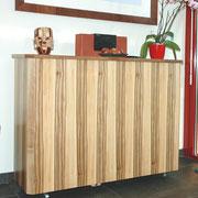 Rollenschrank als TV-Haus. Der Fernseher kommt auf Knopfdruck einer Fernbedienung nach oben! Der Schrank ist aus Satin Nuss, auch Amber Baum genannt, Natur lackiert.