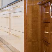 Die Fronten der Küche sind in warmen Winterweiß und ebenfalls in Hochglanz