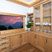 Der Erker ist aus echtem Altholz gefertigt, das Wohnzimmer in Eiche. Der Boden besteht aus geräucherter Eiche. Foto: Matthias Sedlak