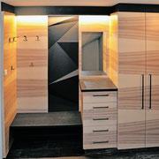Garderobe in Braunesche kombiniert mit Betoneffekt und indirekter LED- Beleuchtung.