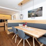 Eine Küche zum Wohlfühlen! Der Essbereich der Küche lädt zu gemütlichen Abenden ein! Der Tisch ist aus massiver Braunesche gefertigt. Die Polsterung ist mit Lodenstoff überzogen! Bilder: Sedlak