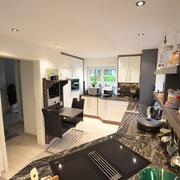 Eine moderne Küche mit weißen Fronten kombiniert mit grauen Elementen.
