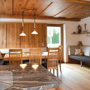 Aus wunderschönem alten Eichenholz haben wir dieses Esszimmer gebaut. Die Täfelung und die klassische Decke geben dem Raum seine Extrabehaglichkeit. Eine bequeme Liege, eine passende Balkontür und der schöne Boden runden das Bild ab. Siehe auch nächstes:
