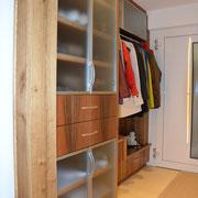 Großer Garderobeschrank mit viel Stauraum. Gefertigt aus Europäischem Nußbaum, naturlackiert.