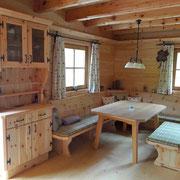 In dieser Almhütte wurde eine gemütliche Zirbenstube eingebaut. Das duftende Holz sorgt zusätzlich für ein wunderbares Raumklima.