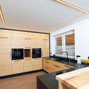 Eine Küche zum Wohlfühlen! Diese Küche aus echtem Altholz bietet viel Stauraum und ermöglicht ein praktisches Arbeiten! Die Arbeitsplatte und die Blenden sind aus Granit. Bilder: Sedlak