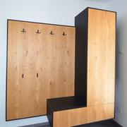Diese Garderobe in Natur lackierter Ast-Eiche kombiniert mit matt schwarzem Schichtstoff bietet viel Platz für die Jacken der Gäste. Unten befinden sich 2 Schubladen und eine Tür mit Tip-On Beschlägen. (Griffloses öffnen)