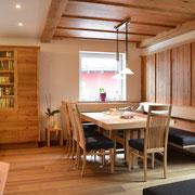 ... ganz rechts sieht man gut die schwebende Konstruktion der Sitzbank und links die Kästen der angrenzenden Küche mit integriertem Licht. Und der Tisch ist ausziehbar.