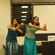 インドの伝統衣装を身にまとい、神様の踊りを披露しました。