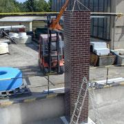 GFK Schornsteinattrappe während der Montage