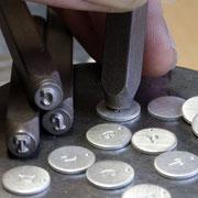 Einprägsam, Herstellung von kleinen Buchstabenanhängern