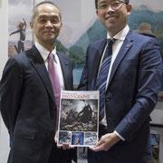 M. Masato Yamamoto et M. Masaharu Fukumoto présentant notre magazine ! Photo © Charlie Abad