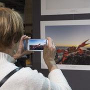 Beaucoup de gens sont passés prendre des photos de l'exposition des Photographies de l'année. Peu ont demandé la permission... Mais que font-ils avec ses photos ? Photo © Charlie Abad
