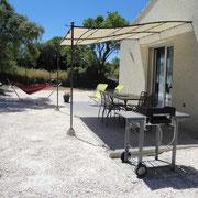 terrasse barbecue gite dans l'Aude à Roquefort des Corbieres, label pays cathare et gites de france