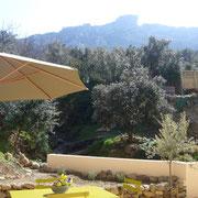vue sur le chateau depuis le jardin gite pays cathare dans l'Aude à Rouffiac des corbières , labelisé Gites de france