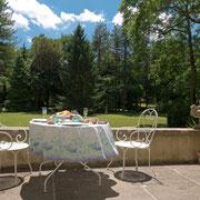 salon de jardin du parc gite pays cathare Clevacances à Plaigne Château la Commanderie dans l'Aude