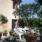 jardin terrasse gite Pays Cathare Gites de France dans l'Aude à Moussoulens en Carcassonnais