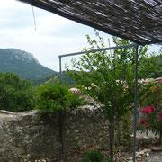vue du jardin gite Pays Cathare Gites de France dans l'Aude à Montgaillard en Haute Corbières