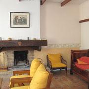 salon cheminée gite Pays Cathare Gites de France dans l'Aude à Durban Corbières