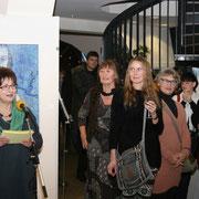 Karin Feige, Leiterin des HAFEN-Gründerinnenzentrums stellt die Künstlerinnnen vor.