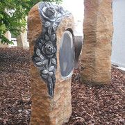 Basaltsäule mit Rosen und eingearbeiteter Schriftfläche